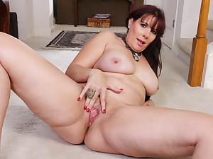 Chubby milf Lauren gives her pantyhosed pussy a treat